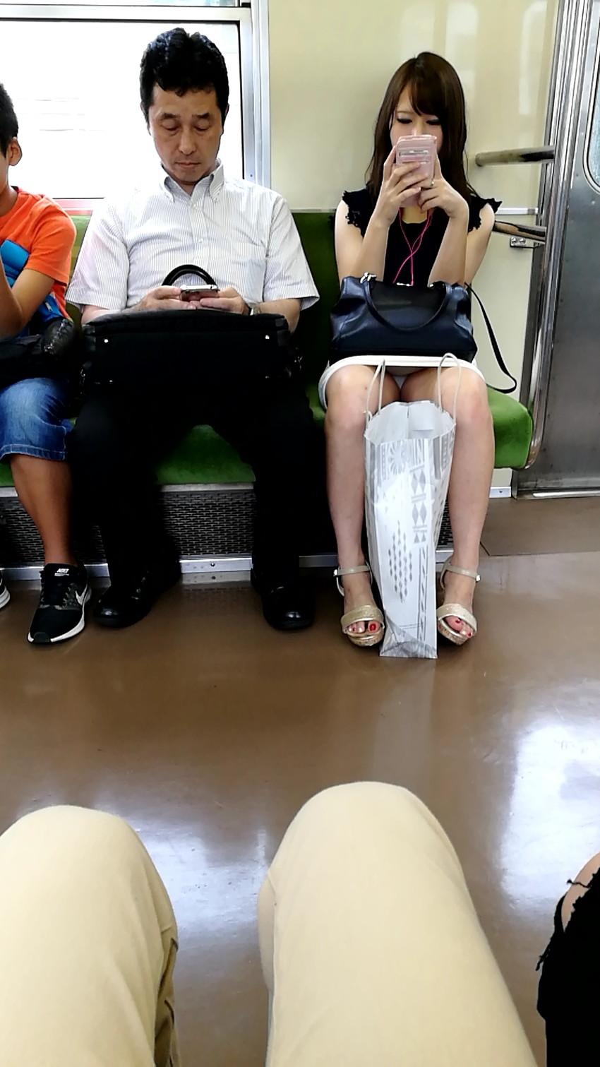 【電車内盗撮エロ画像】電車内でパンチラしている女子見つけたから撮ったったw 16