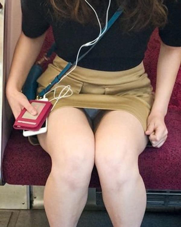 【電車内盗撮エロ画像】電車内でパンチラしている女子見つけたから撮ったったw 19