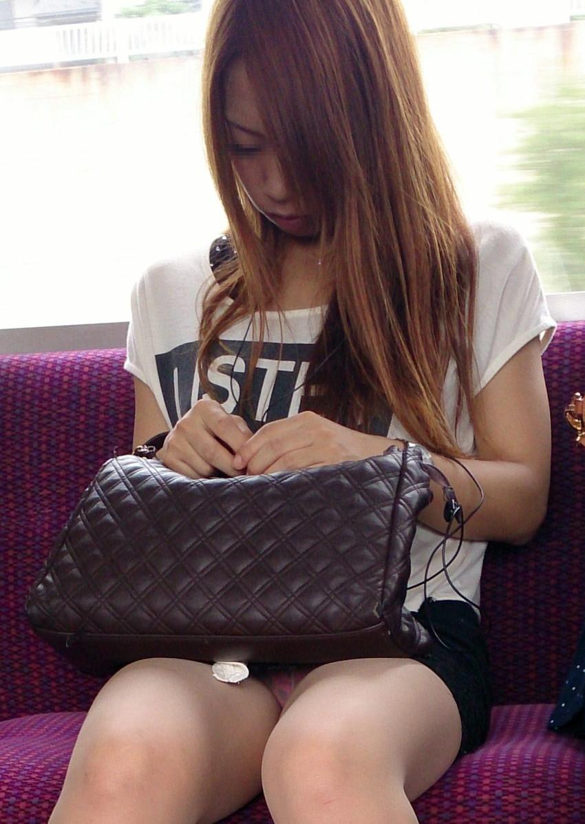【電車内盗撮エロ画像】電車内でパンチラしている女子見つけたから撮ったったw 20
