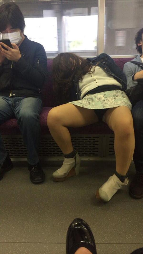【電車内盗撮エロ画像】電車内でパンチラしている女子見つけたから撮ったったw 23