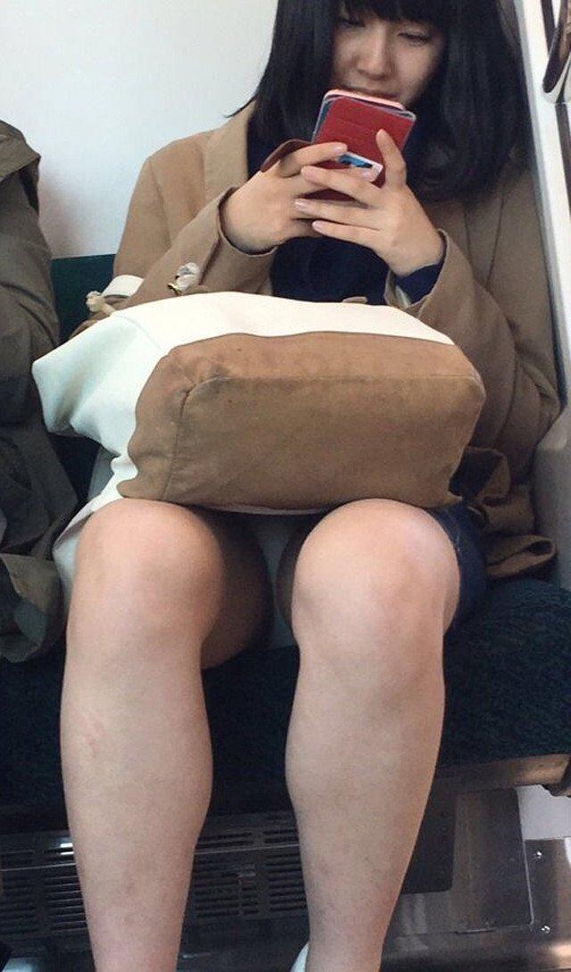 【電車内盗撮エロ画像】電車内でパンチラしている女子見つけたから撮ったったw 25