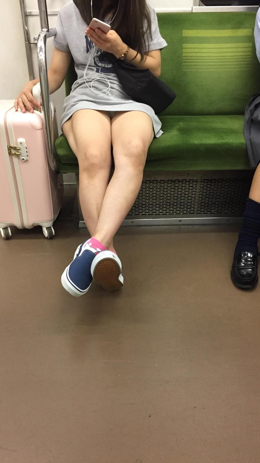【電車内盗撮エロ画像】電車内でパンチラしている女子見つけたから撮ったったw 29