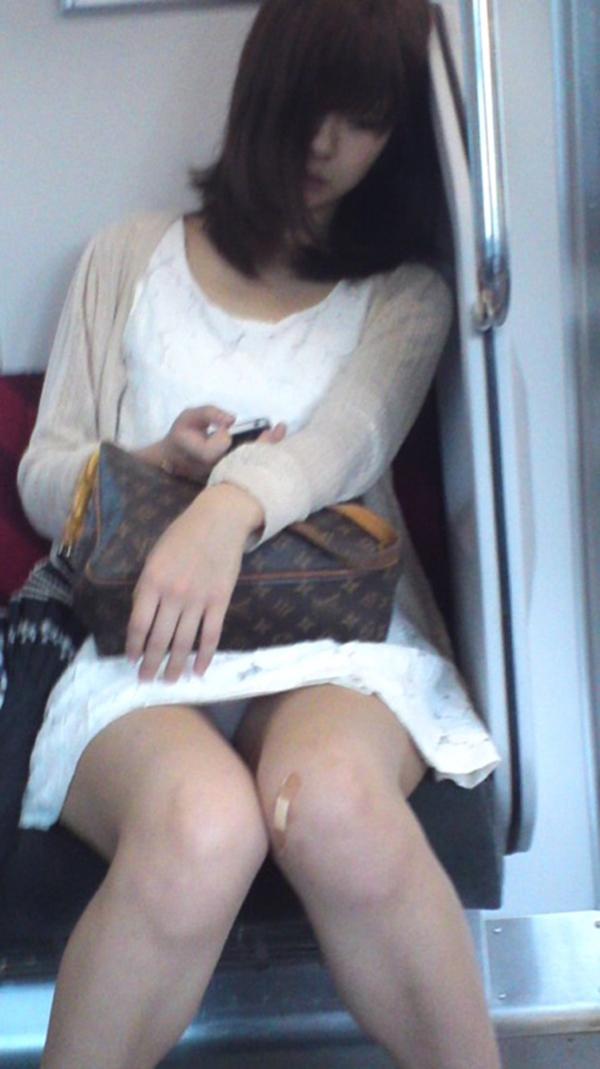【電車内盗撮エロ画像】電車内でパンチラしている女子見つけたから撮ったったw 36