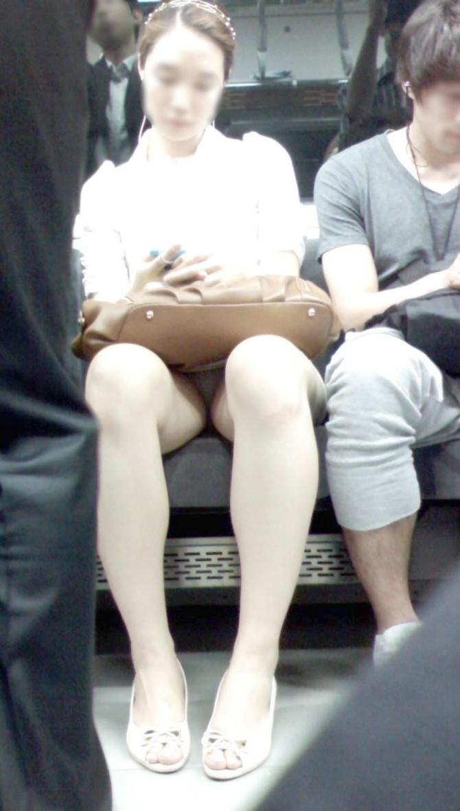 【電車内盗撮エロ画像】電車内でパンチラしている女子見つけたから撮ったったw 39