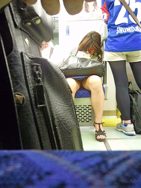 【電車内盗撮エロ画像】電車内でパンチラしている女子見つけたから撮ったったw 44
