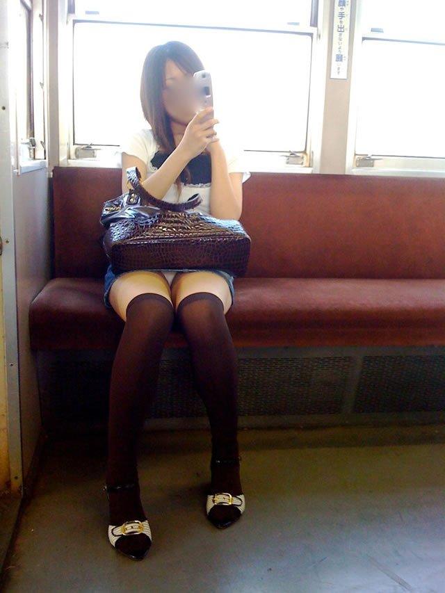 【電車内盗撮エロ画像】電車内でパンチラしている女子見つけたから撮ったったw 47