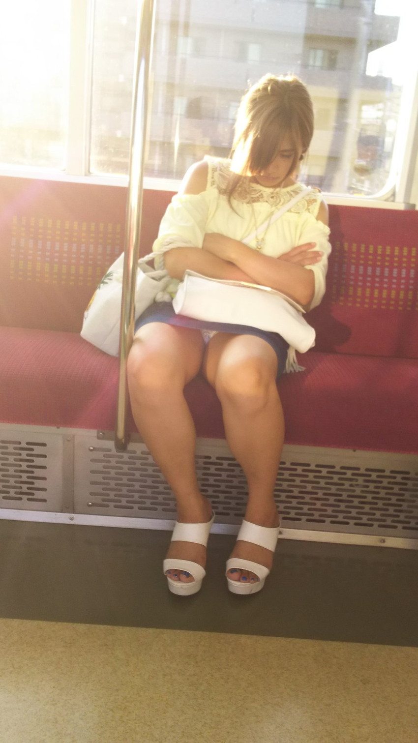 【電車内盗撮エロ画像】電車内でパンチラしている女子見つけたから撮ったったw 48