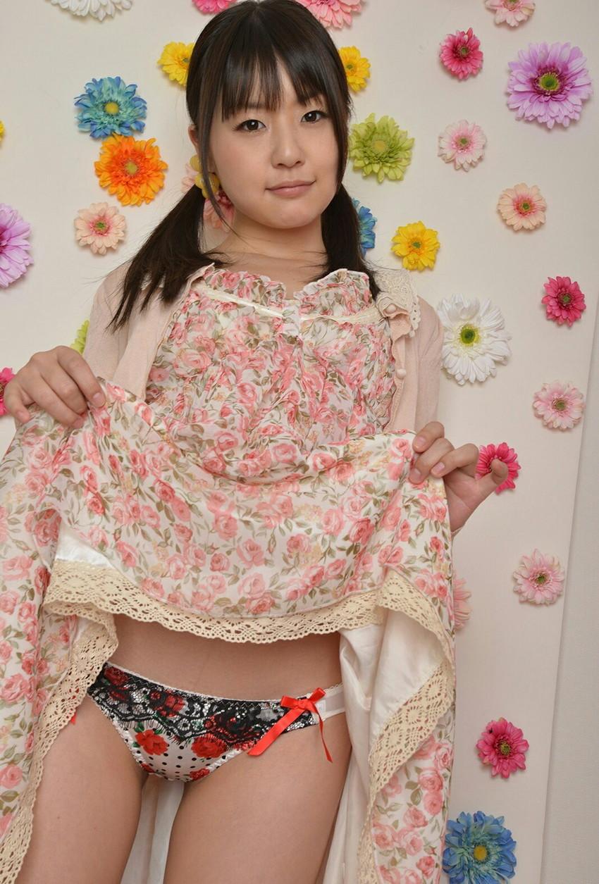【セルフパンチラエロ画像】女の子のスカートの中身が最高にエロかったwww 27