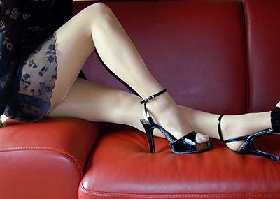【美脚エロ画像】思わず見とれてしまう!?スラリと伸びた美脚美人!