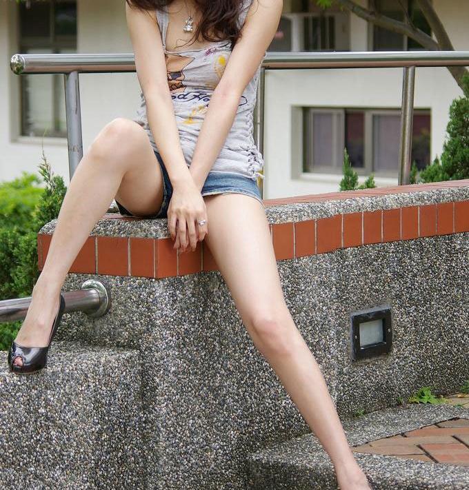 【美脚エロ画像】思わず見とれてしまう!?スラリと伸びた美脚美人! 15
