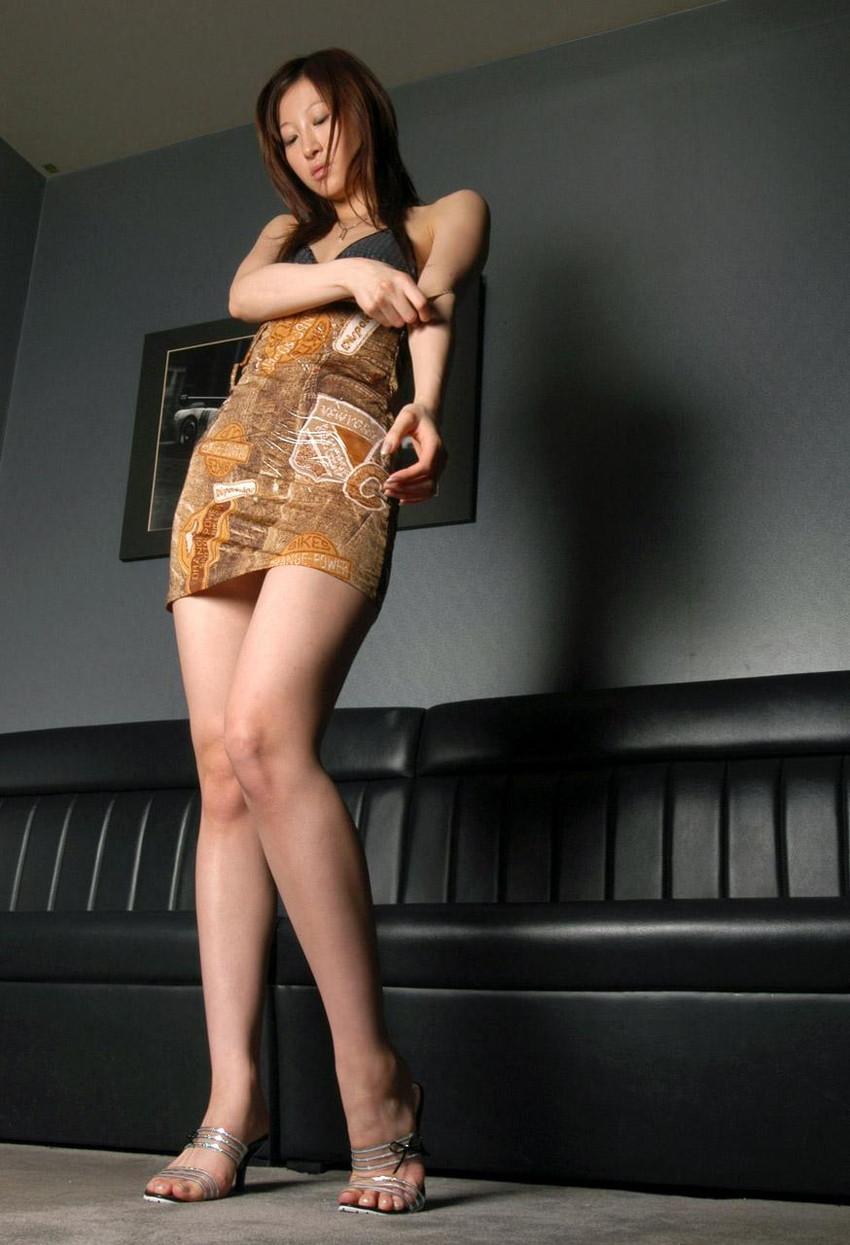 【美脚エロ画像】思わず見とれてしまう!?スラリと伸びた美脚美人! 18