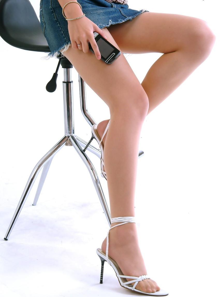 【美脚エロ画像】思わず見とれてしまう!?スラリと伸びた美脚美人! 21