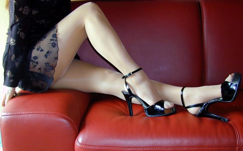 【美脚エロ画像】思わず見とれてしまう!?スラリと伸びた美脚美人! 23
