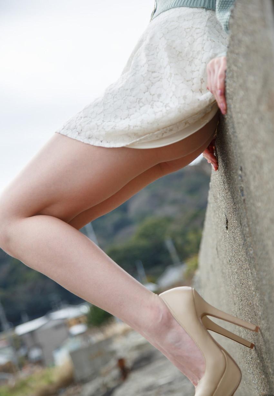 【美脚エロ画像】思わず見とれてしまう!?スラリと伸びた美脚美人! 26