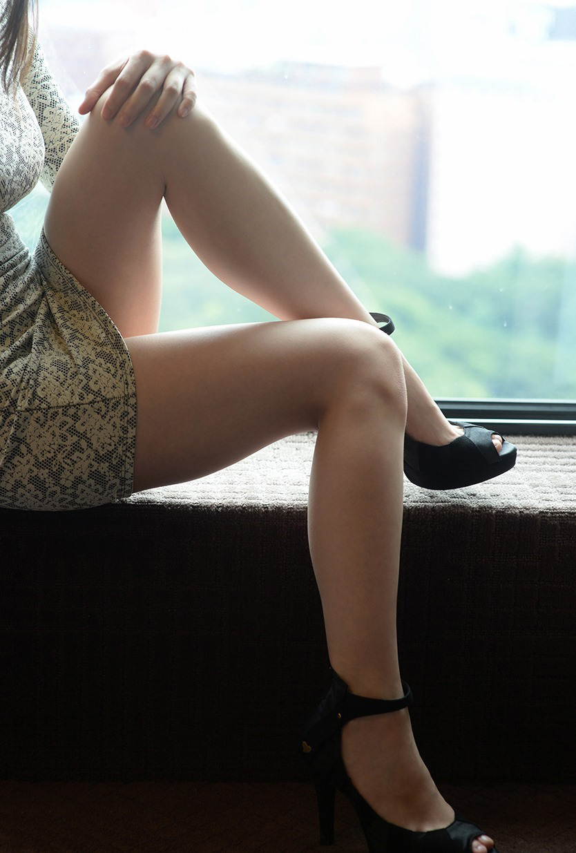 【美脚エロ画像】思わず見とれてしまう!?スラリと伸びた美脚美人! 30
