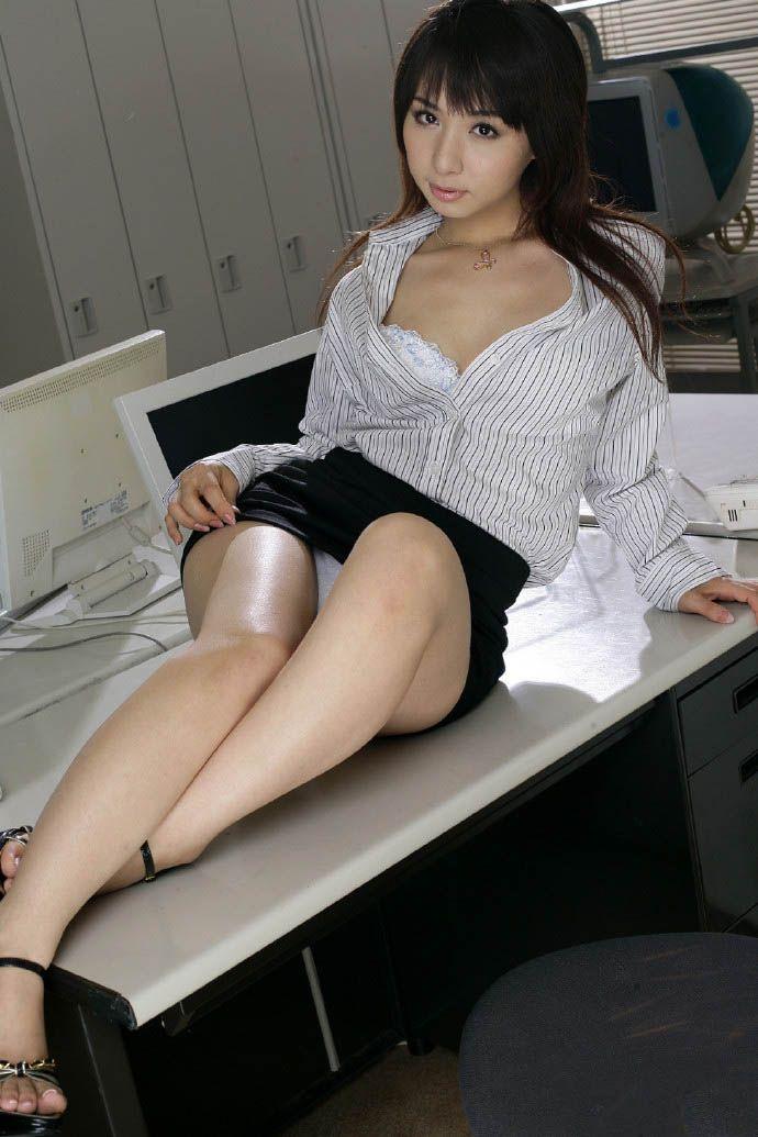 【美脚エロ画像】思わず見とれてしまう!?スラリと伸びた美脚美人! 53