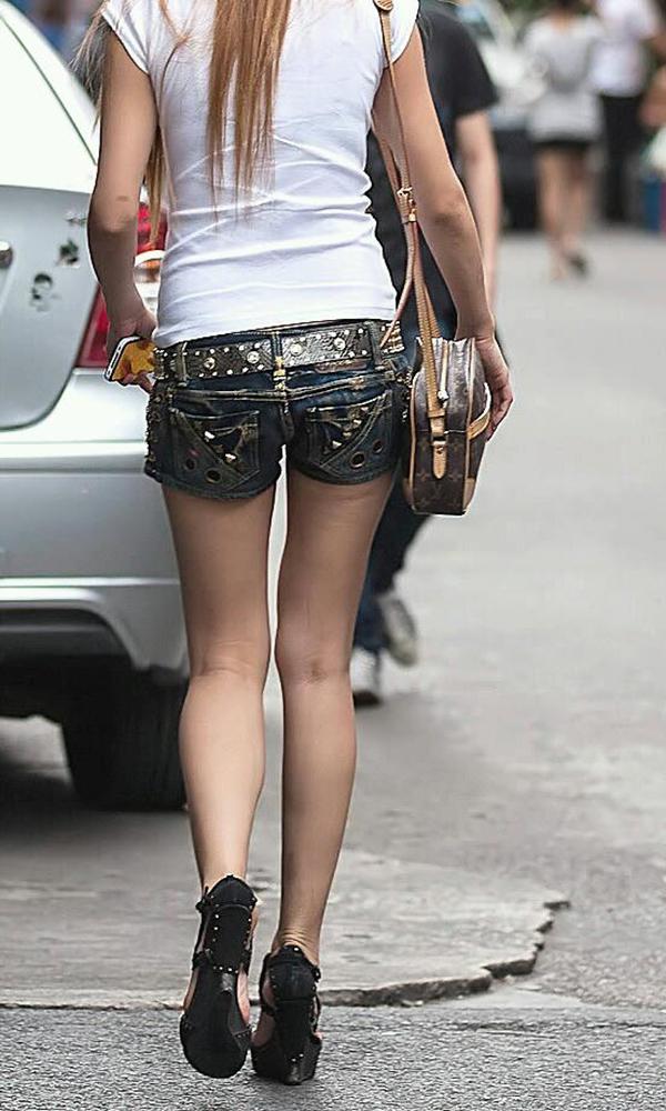 【ホットパンツエロ画像】街中をこんな太ももムキだしで歩くとか誘ってんのか?ww 05