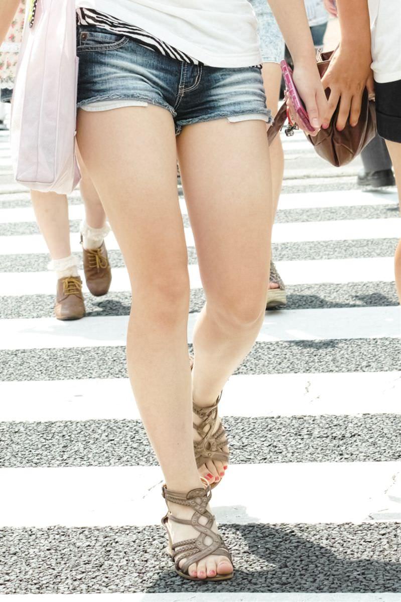 【ホットパンツエロ画像】街中をこんな太ももムキだしで歩くとか誘ってんのか?ww 07
