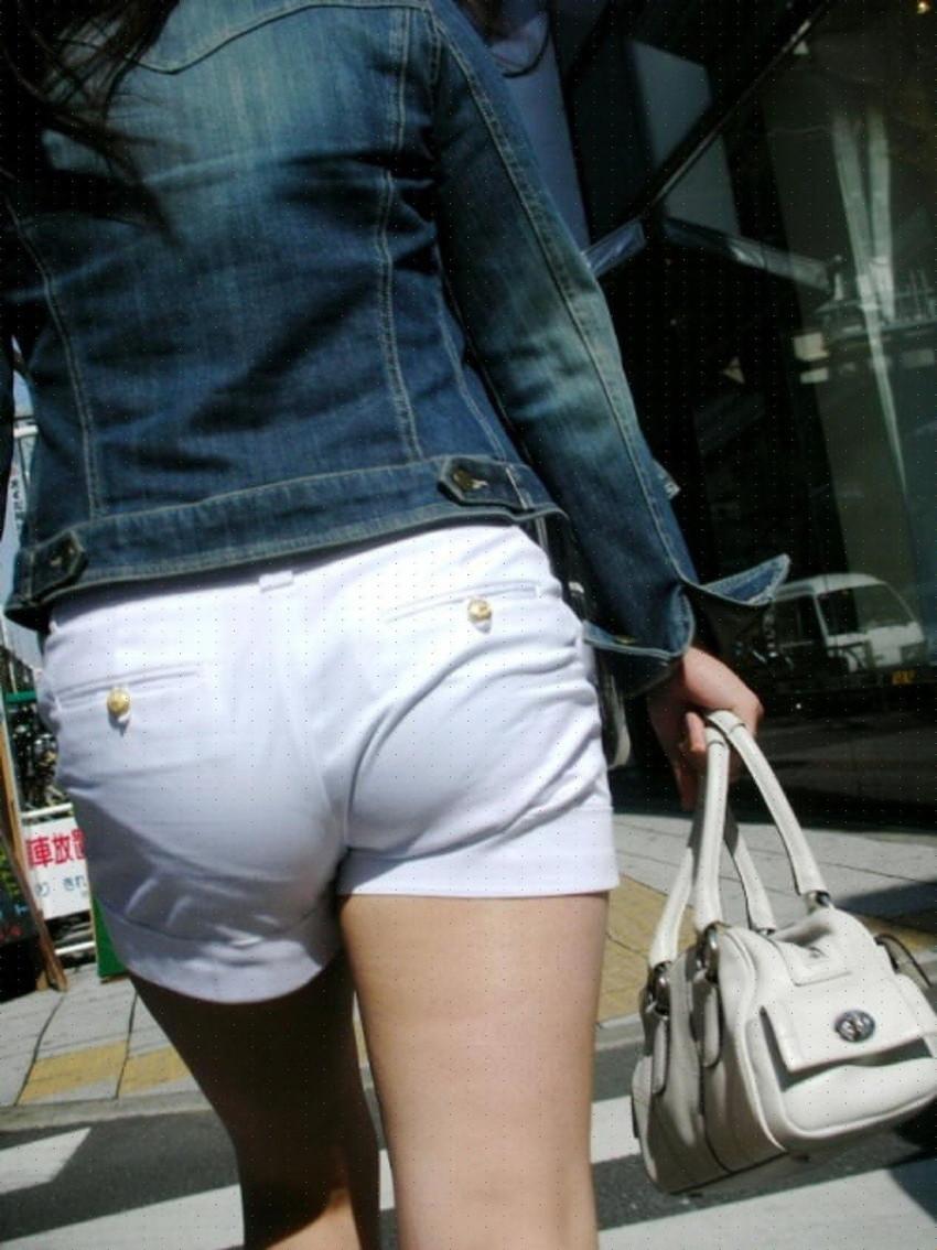 【ホットパンツエロ画像】街中をこんな太ももムキだしで歩くとか誘ってんのか?ww 08
