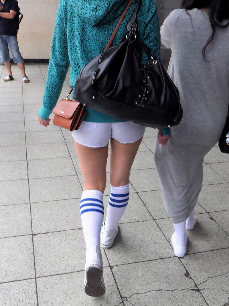 【ホットパンツエロ画像】街中をこんな太ももムキだしで歩くとか誘ってんのか?ww 11