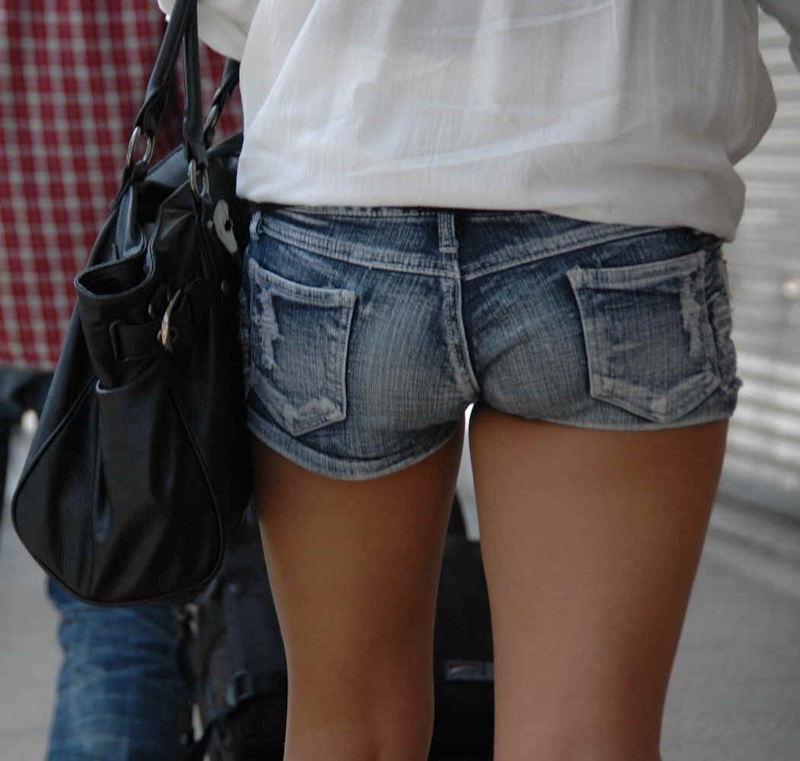 【ホットパンツエロ画像】街中をこんな太ももムキだしで歩くとか誘ってんのか?ww 19