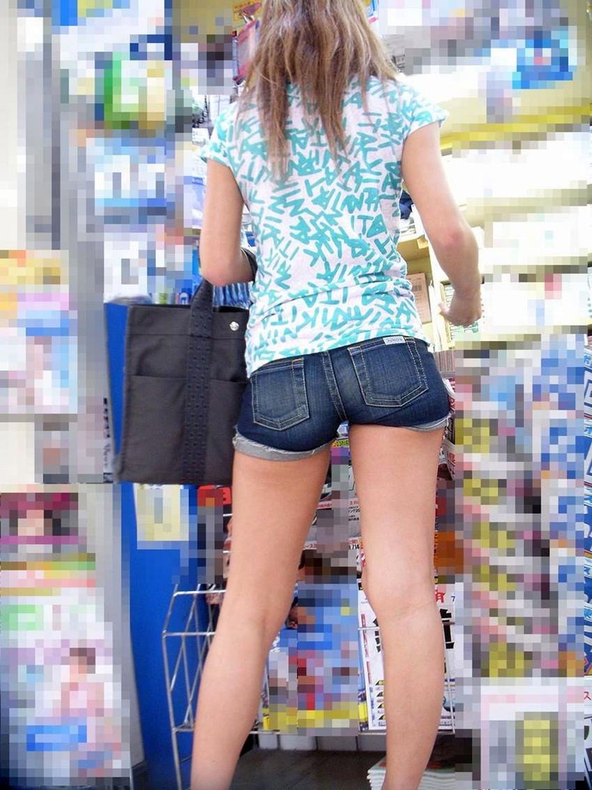【ホットパンツエロ画像】街中をこんな太ももムキだしで歩くとか誘ってんのか?ww 21