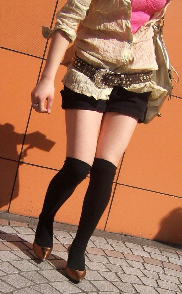 【ホットパンツエロ画像】街中をこんな太ももムキだしで歩くとか誘ってんのか?ww 25