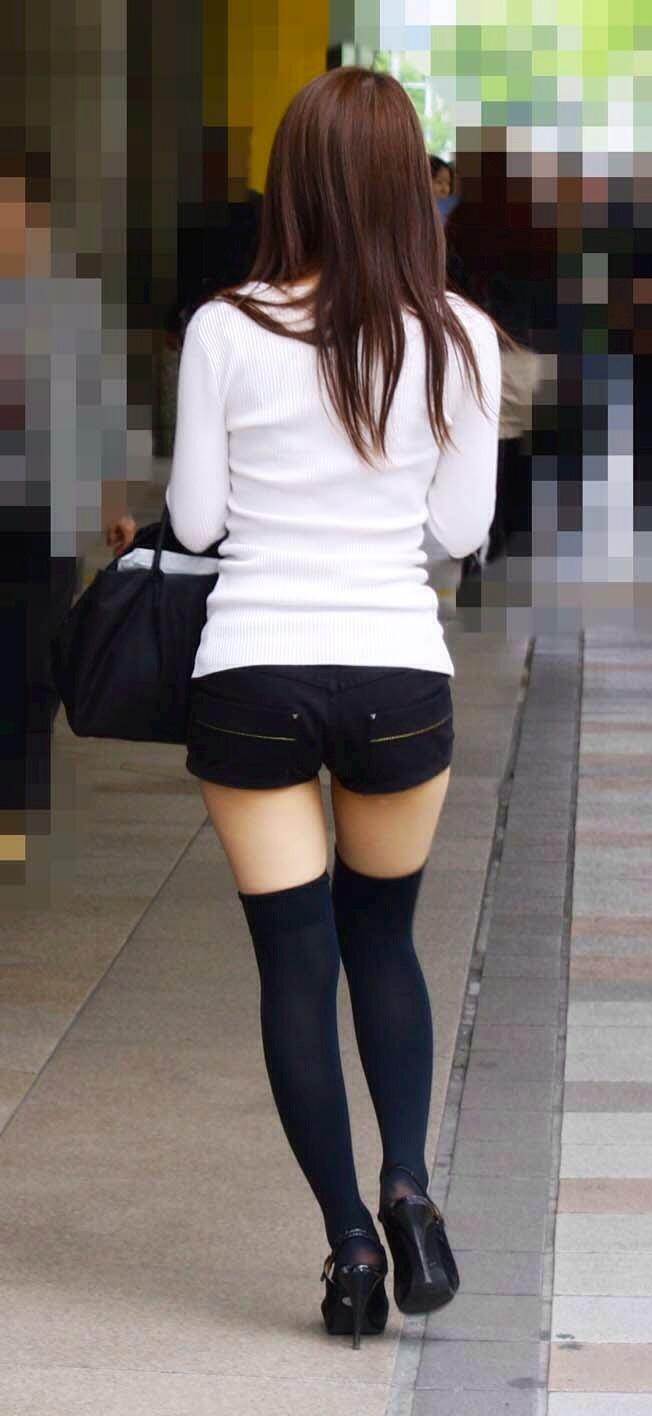 【ホットパンツエロ画像】街中をこんな太ももムキだしで歩くとか誘ってんのか?ww 26