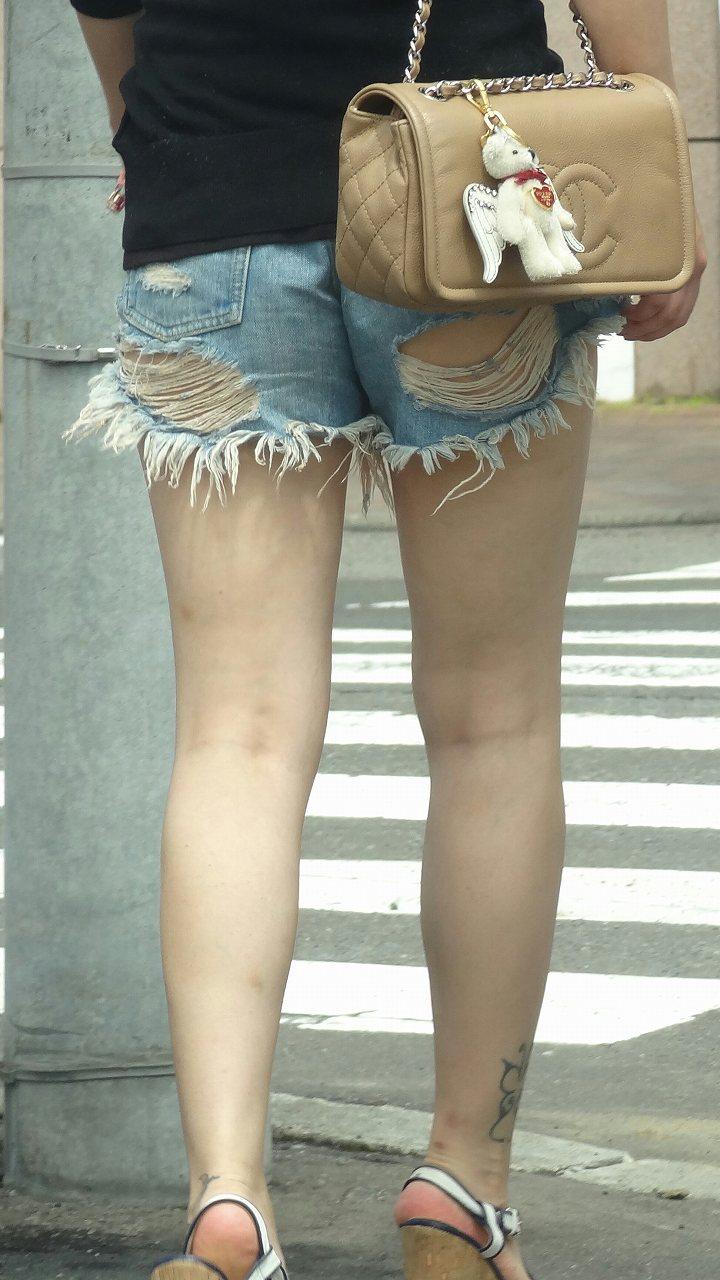 【ホットパンツエロ画像】街中をこんな太ももムキだしで歩くとか誘ってんのか?ww 29