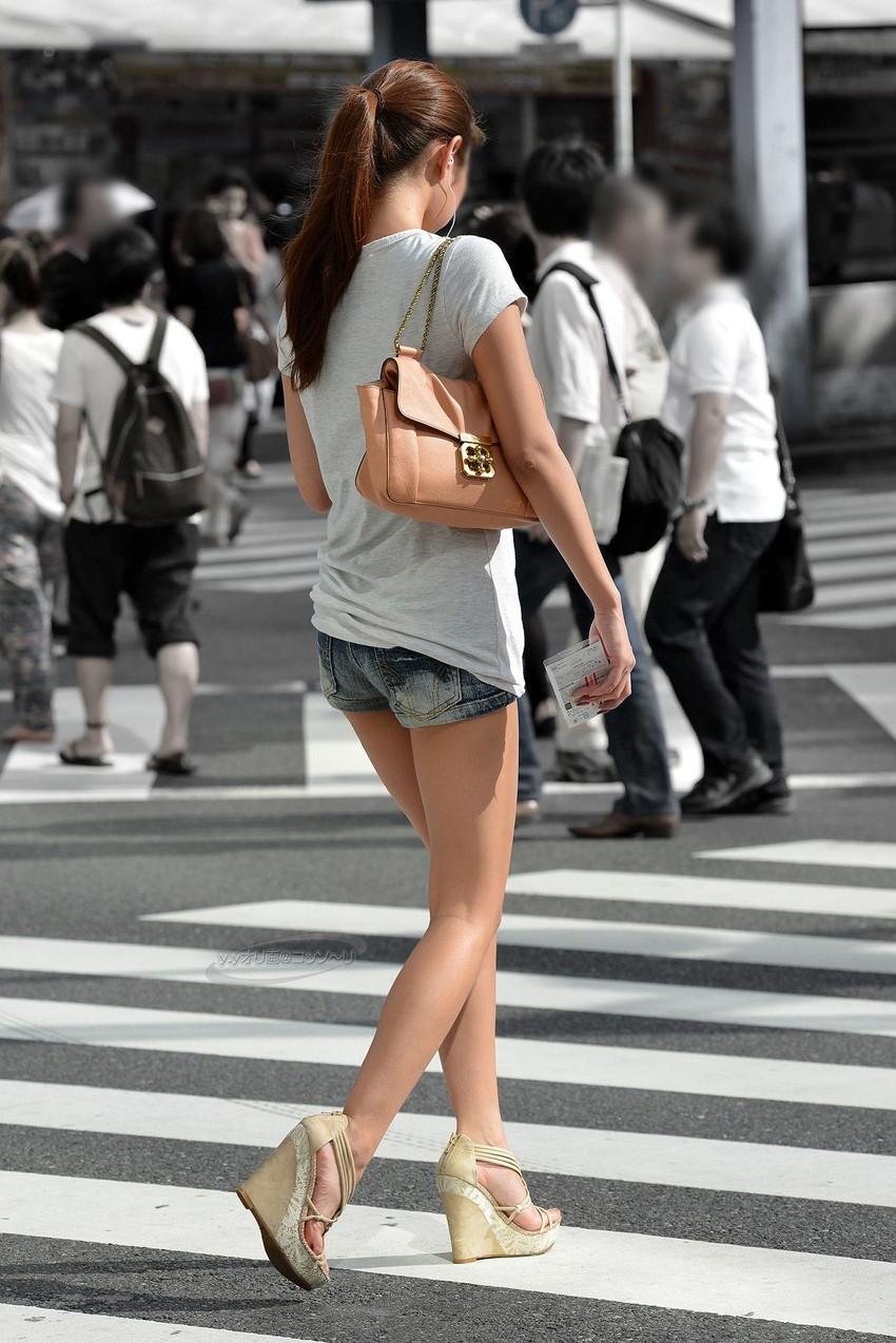 【ホットパンツエロ画像】街中をこんな太ももムキだしで歩くとか誘ってんのか?ww 30