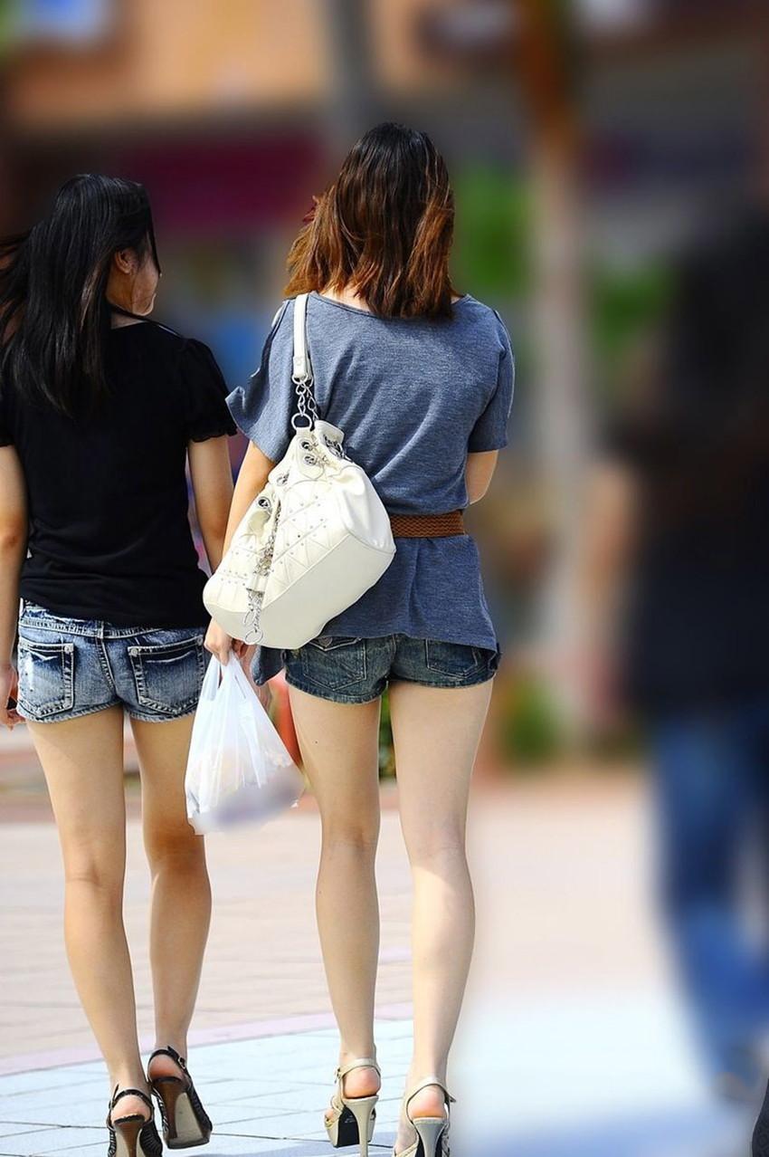 【ホットパンツエロ画像】街中をこんな太ももムキだしで歩くとか誘ってんのか?ww 33