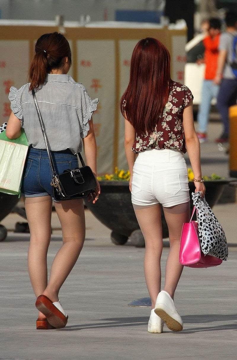 【ホットパンツエロ画像】街中をこんな太ももムキだしで歩くとか誘ってんのか?ww 34