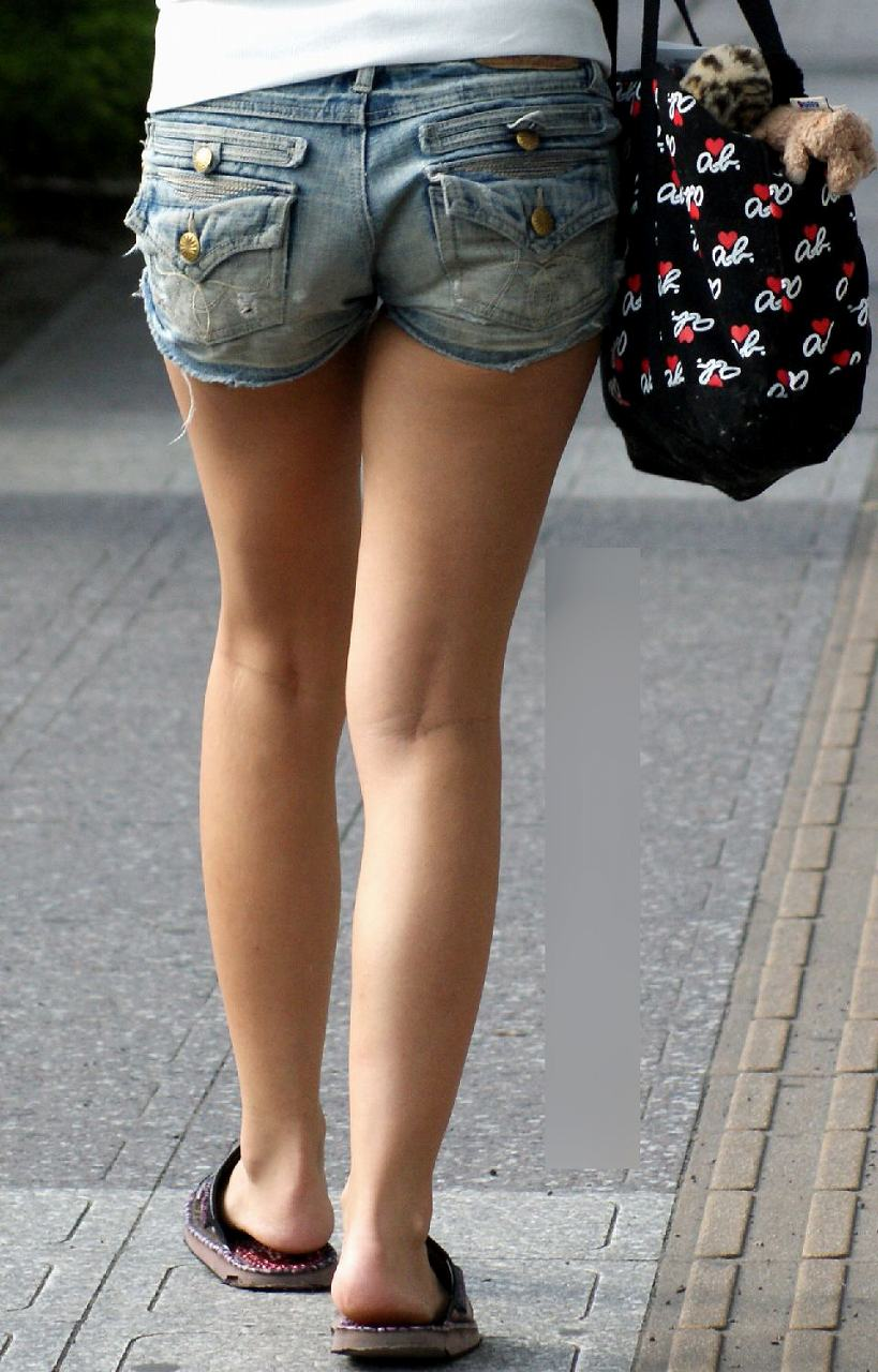 【ホットパンツエロ画像】街中をこんな太ももムキだしで歩くとか誘ってんのか?ww 35