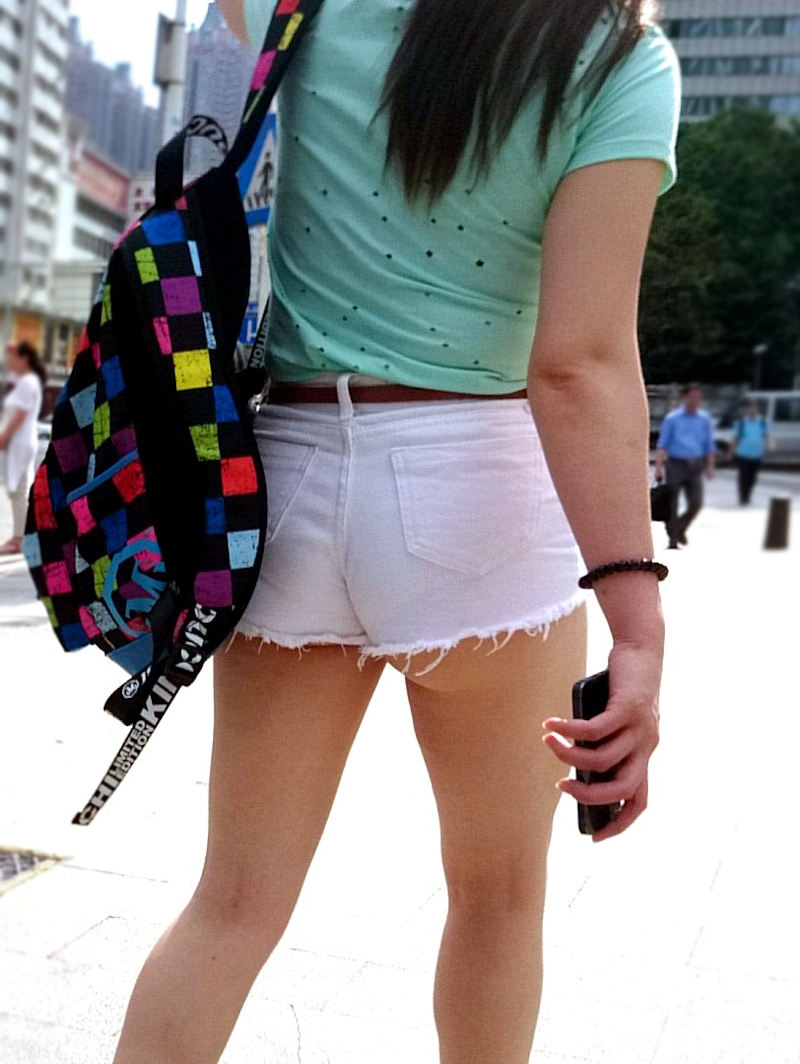 【ホットパンツエロ画像】街中をこんな太ももムキだしで歩くとか誘ってんのか?ww 37