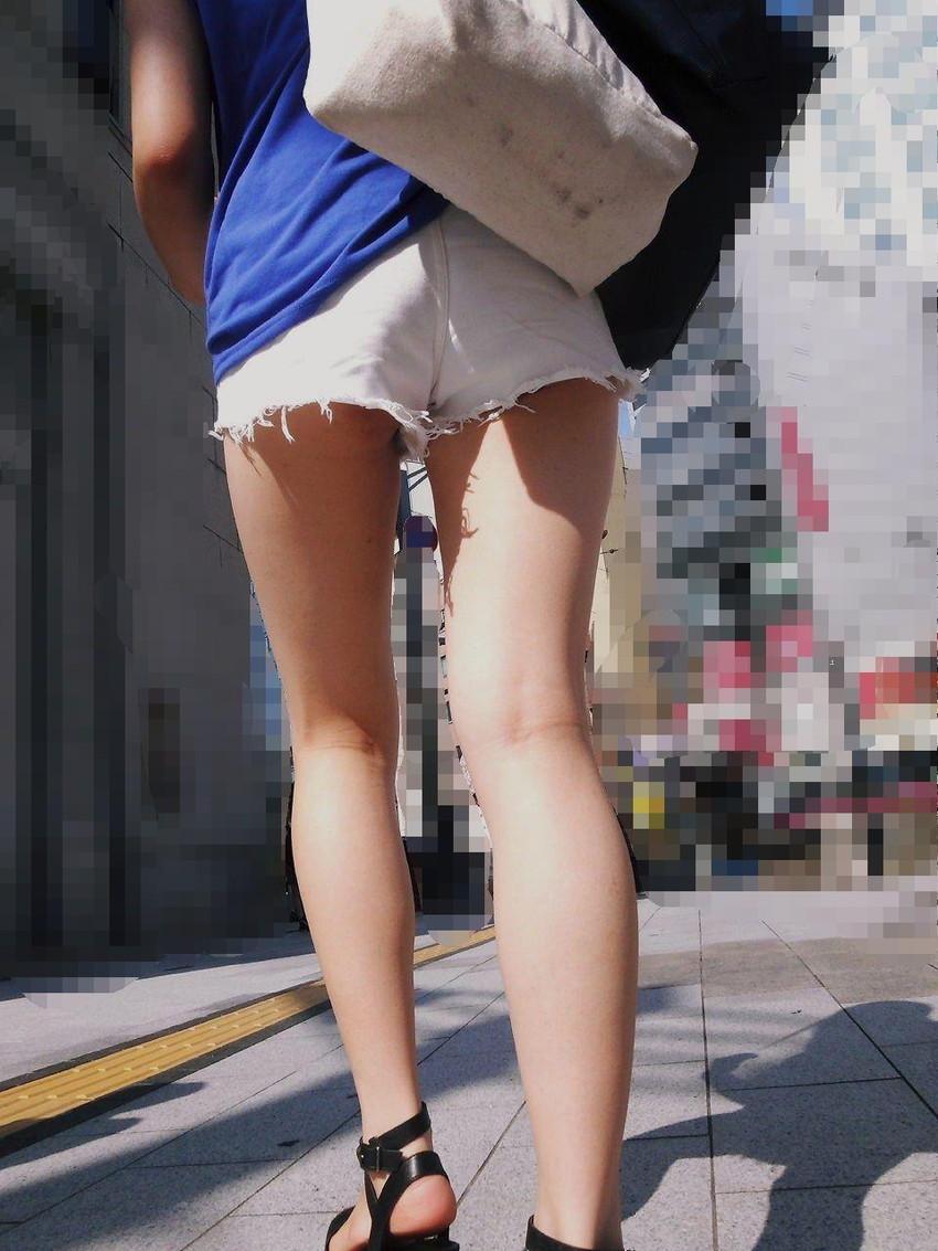【ホットパンツエロ画像】街中をこんな太ももムキだしで歩くとか誘ってんのか?ww 42