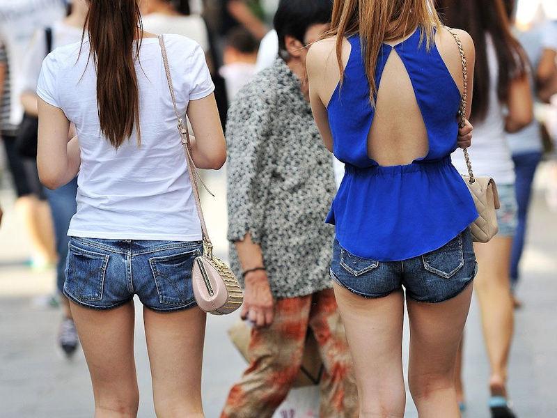 【ホットパンツエロ画像】街中をこんな太ももムキだしで歩くとか誘ってんのか?ww 46