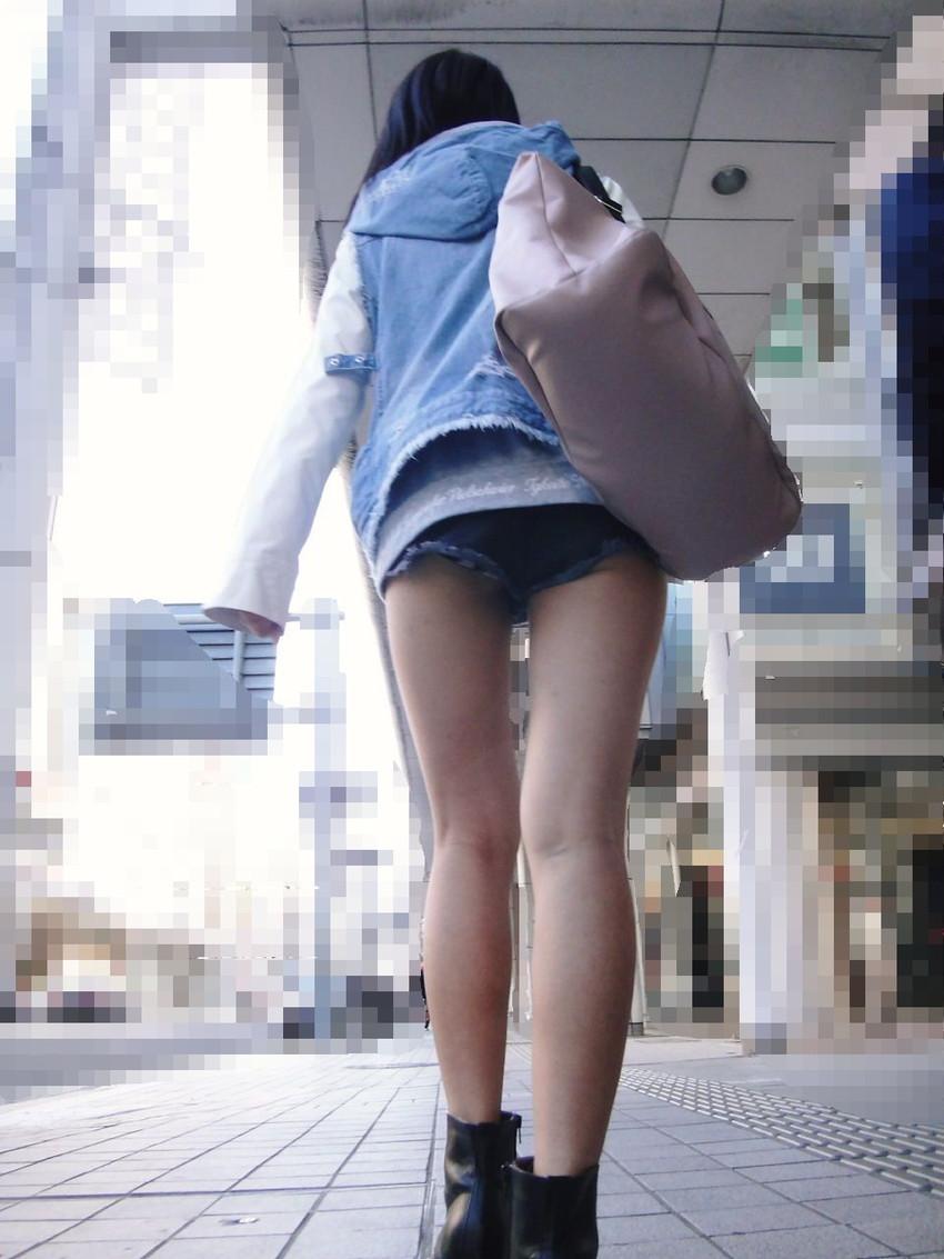 【ホットパンツエロ画像】街中をこんな太ももムキだしで歩くとか誘ってんのか?ww 48