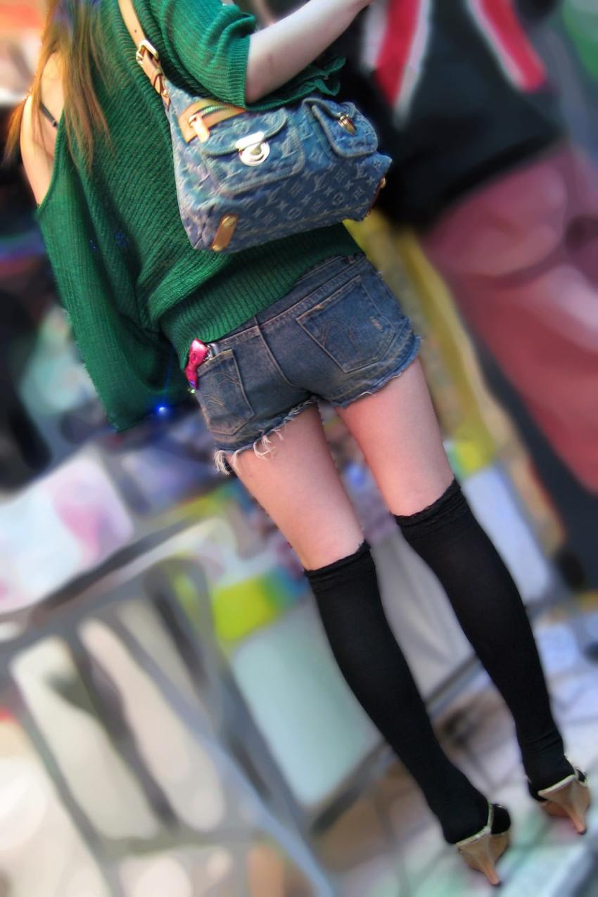 【ホットパンツエロ画像】街中をこんな太ももムキだしで歩くとか誘ってんのか?ww 49