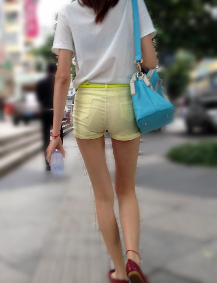 【ホットパンツエロ画像】街中をこんな太ももムキだしで歩くとか誘ってんのか?ww 55