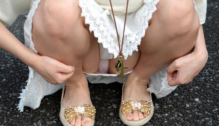 【しゃがみ込みパンチラエロ画像】しゃがみ込んだ女の子のぷっくり股間がエロッ! 09