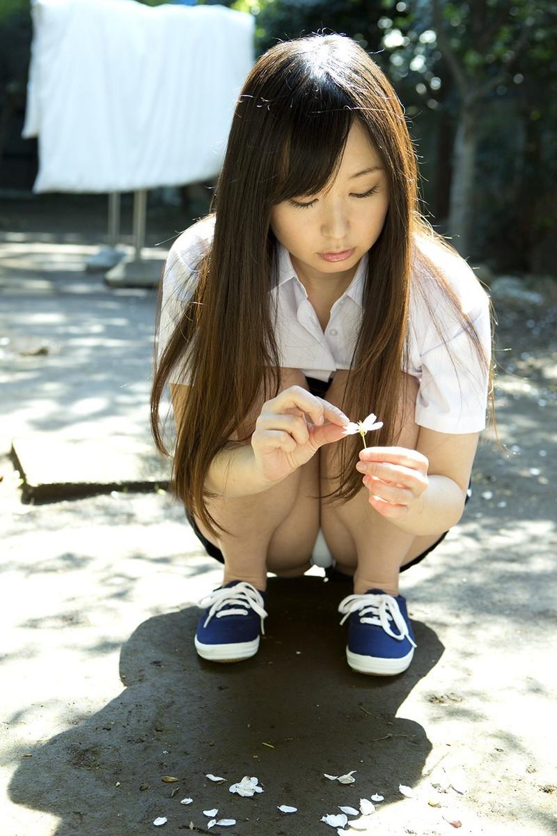 【しゃがみ込みパンチラエロ画像】しゃがみ込んだ女の子のぷっくり股間がエロッ! 16