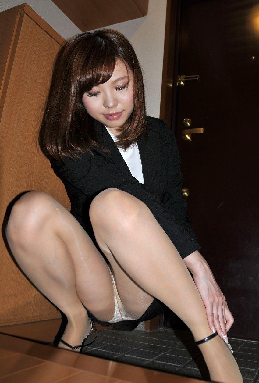 【しゃがみ込みパンチラエロ画像】しゃがみ込んだ女の子のぷっくり股間がエロッ! 26