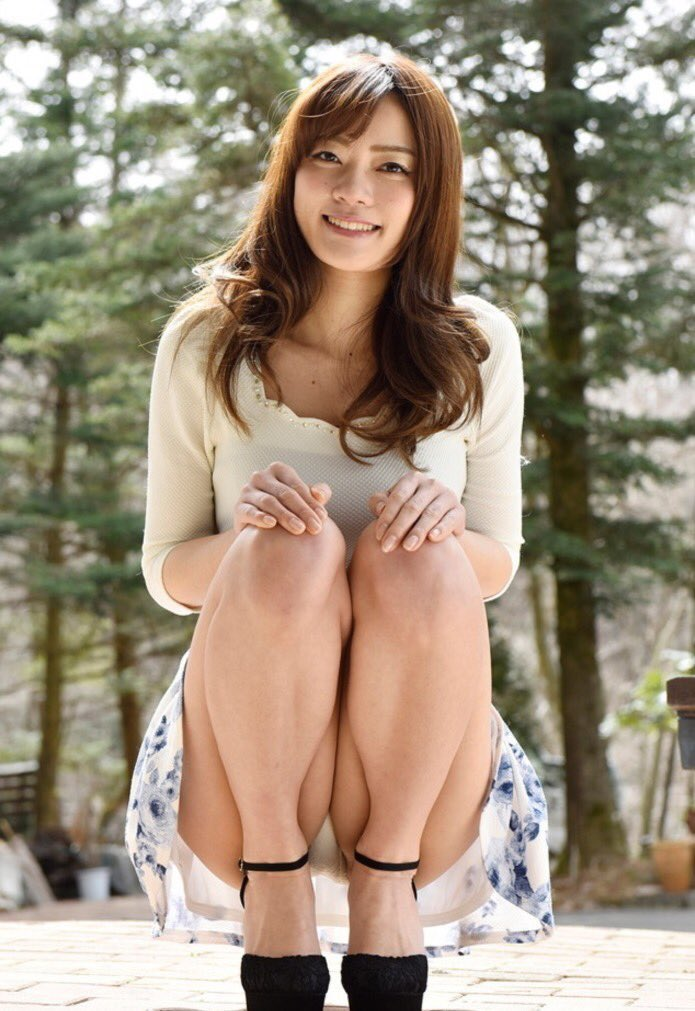 【しゃがみ込みパンチラエロ画像】しゃがみ込んだ女の子のぷっくり股間がエロッ! 32