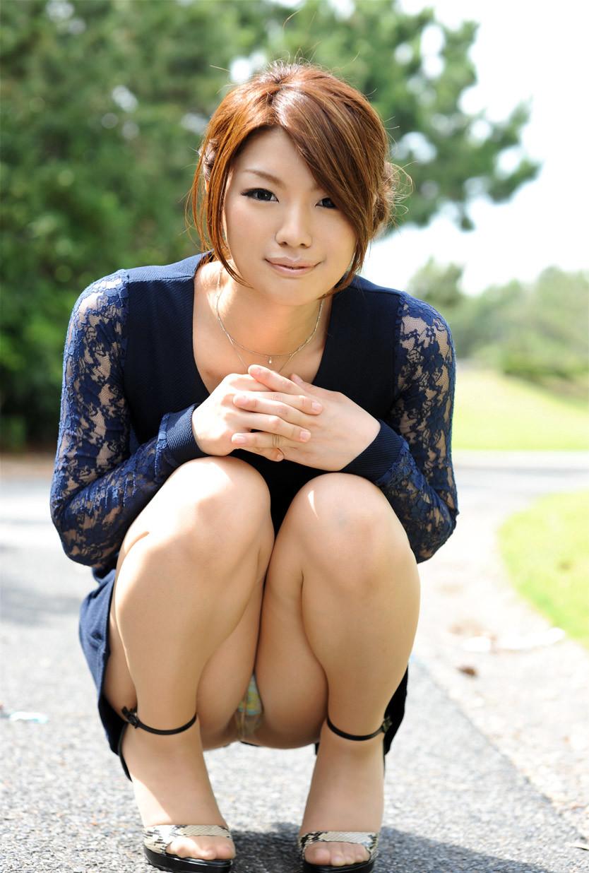 【しゃがみ込みパンチラエロ画像】しゃがみ込んだ女の子のぷっくり股間がエロッ! 34