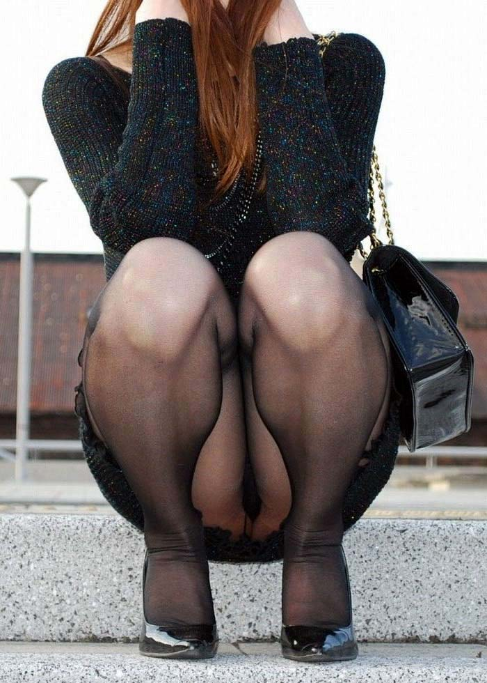【しゃがみ込みパンチラエロ画像】しゃがみ込んだ女の子のぷっくり股間がエロッ! 41