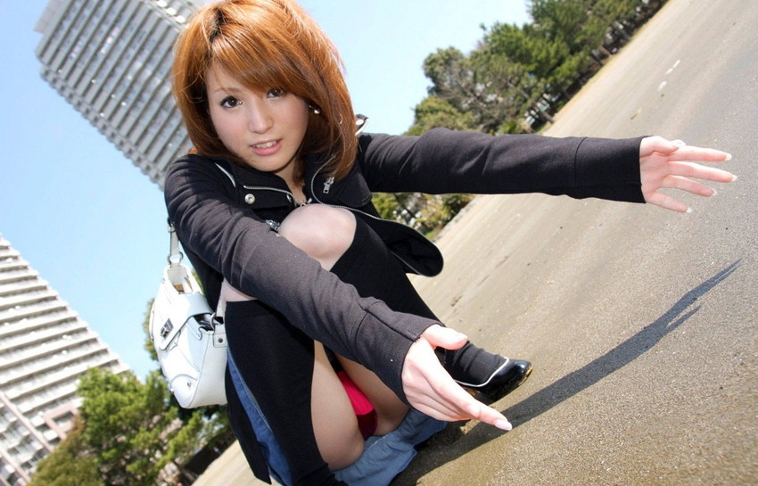 【しゃがみ込みパンチラエロ画像】しゃがみ込んだ女の子のぷっくり股間がエロッ! 44