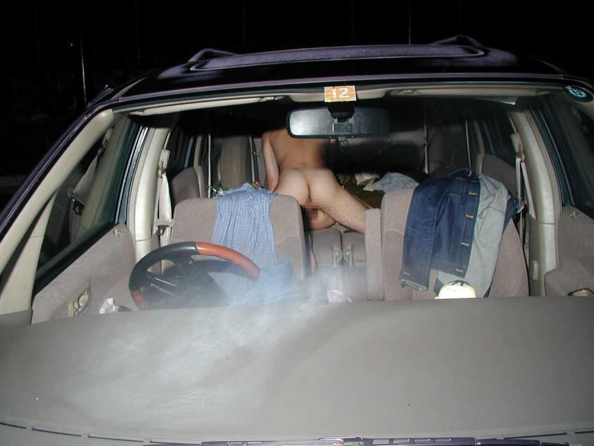 【車内エロ画像】車の中で繰り広げられるカップルたちのエロ行為wwww 03