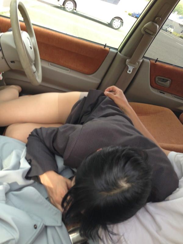 【車内エロ画像】車の中で繰り広げられるカップルたちのエロ行為wwww 28
