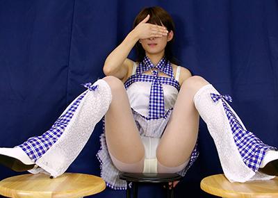 【M字開脚エロ画像】股間を強調して見てもいいよ!とばかりのエロアピール!