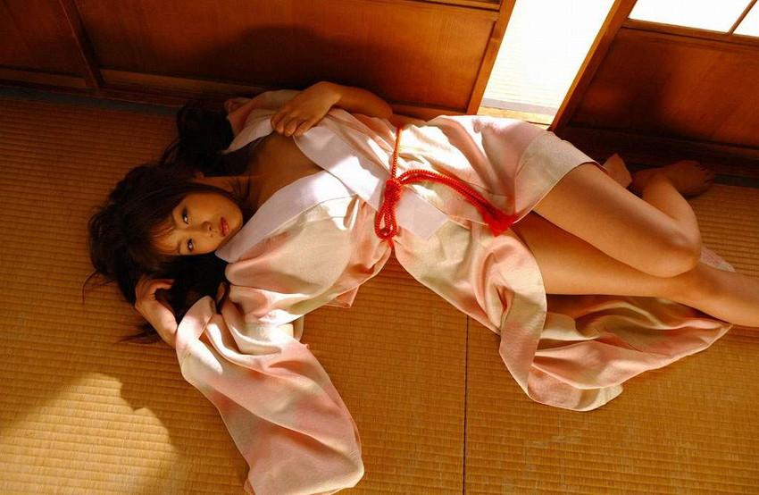 【和服エロ画像】日本古来からの民族衣装のエロスを楽しもうじゃないか!?w 38